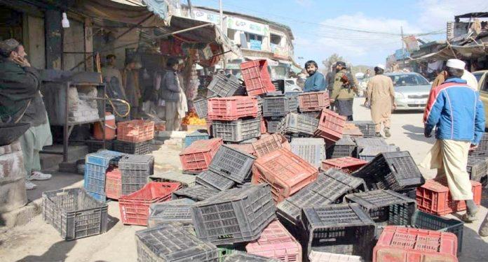 لنڈی کوتل،تجاوزات کے خلاف آپریشن کے دوران دکاندوں کا سامان سڑک پر بکھرا پڑا ہے