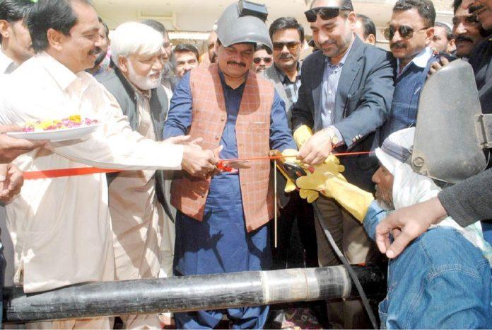 حیدر آباد: رکن قومی اسمبلی صابر حسین قائمخانی کوہسار سوسائٹی میں فیتہ کاٹ کر گیس پائپ لائن کا افتتاح کررہے ہیں