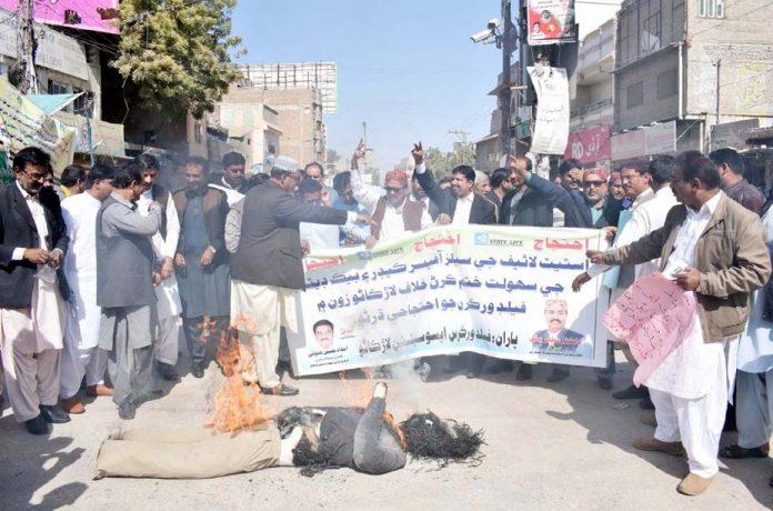 لاڑکانہ: اسٹیٹ لائف انشورنس کارپوریشن کے ملازمین احتجاج کے دوران پتلا نذر آتش کررہے ہیں