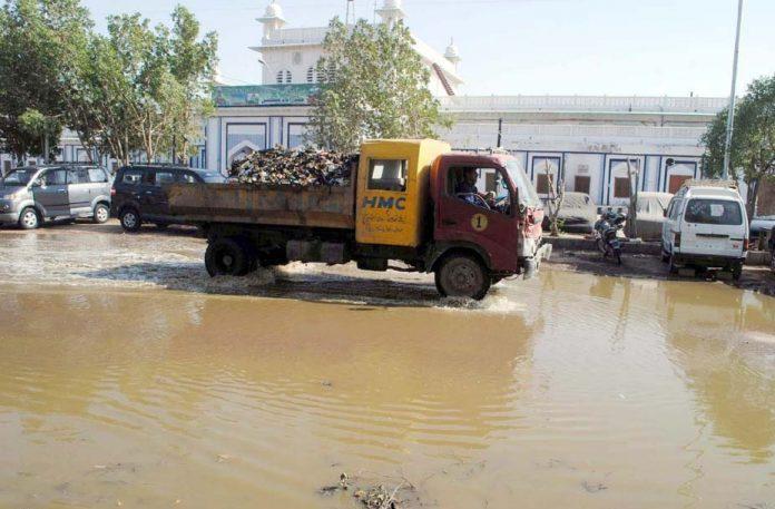 حیدر آباد: اسٹیشن روڈ پر سیوریج کا پانی جمع ہے جس میں ڈی ایم سی کی گاڑی گزر رہی ہے