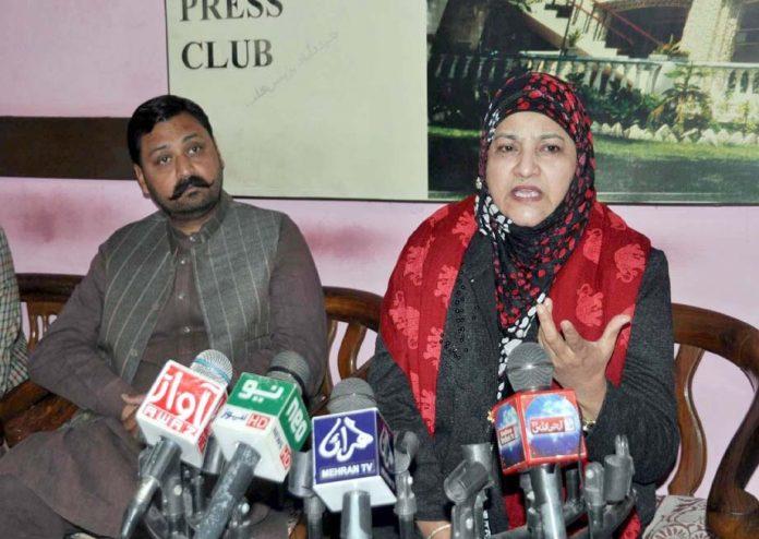 حیدر آباد: پی ٹی آئی کی رہنما نزہت پٹھان پریس کانفرنس کررہی ہیں