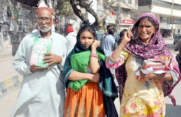 حیدر آباد پریس کلب پر مدینہ کالونی کے مکین سراپا احتجاج ہیں