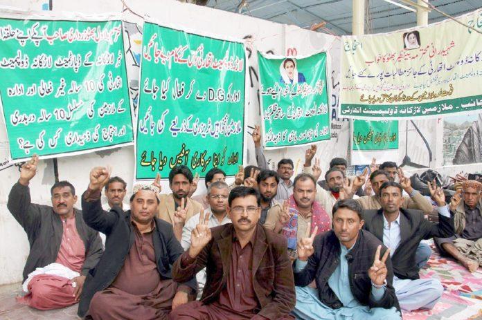 لاڑکانہ ڈیولپمنٹ اتھارٹی کے ملازمین اپنے مطالبات کے حق میں کراچی میں احتجاجی دھرنے پر بیٹھے ہوئے ہیں