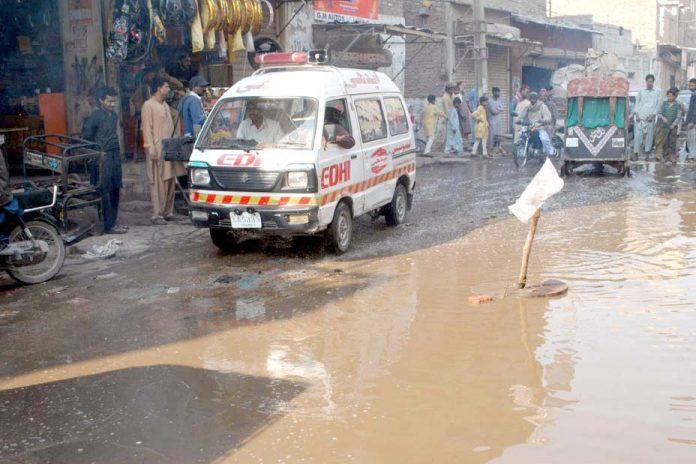 حیدر آباد، سڑک پر سیوریج کا پانی جمع اور گٹر کا ڈھکن غائب ہے جو حادثے کا باعث بن سکتا ہے