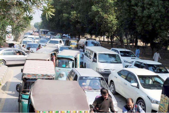 حیدر آباد: ٹھنڈی سڑک پر ٹریفک جام کے باعث گاڑیوں کی قطار لگی ہوئی ہے