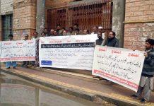 کوئٹہ ،پاکستان ٹیکنالوجی کونسل کے تحت مطالبات کے حق میں پریس کلب کے سامنے مظاہرہ کیا جارہا ہے