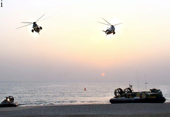بین الاقوامی بحری امن مشقوں کے دوران فوجی جوان صلاحیتوں کا مظاہرہ کررہے ہیں