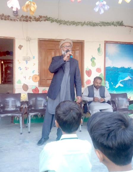 عرفان احمد آمنہ سیکنڈری اسکول میں منعقدہ یکجہتی کشمیر مہم میں خطاب کر رہے ہیں