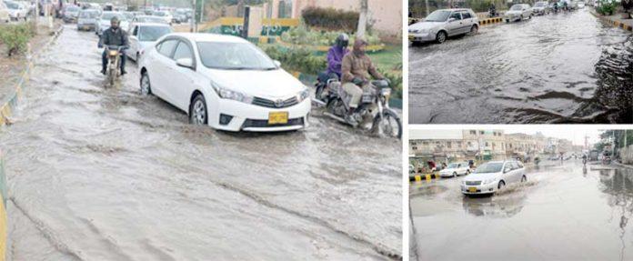 گرومندر/ آرٹس کونسل/ یونیورسٹی روڈ پر بارش کے جمع ہونے والے پانی کی وجہ سے ٹریفک کی روانی متاثر ہے