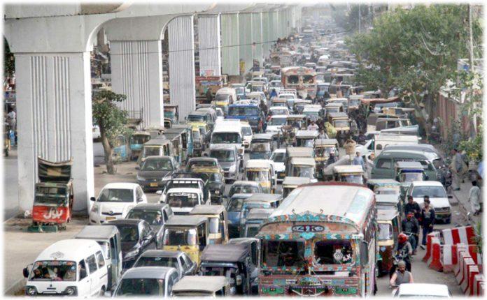 لسبیلہ سڑک پر گرین لائن بس منصوبے کے کام کے باعث ٹریفک جام ہے