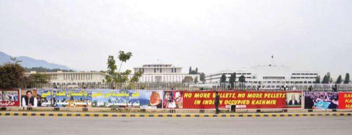 اسلام آباد: شاہراہ دستور پر یکجہتی کشمیر کے حوالے سے بینزز آویزاں ہیں