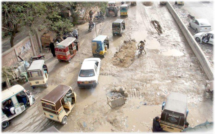 لیاقت آباد پوسٹ آفس کے قریب سڑک ٹوٹ پھوٹ کا شکار، کیچڑ کی وجہ سے ٹریفک کو پریشانی کا سامنا ہے