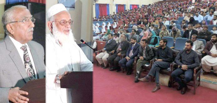 گڈاپ پبلک اسکول کے تحت تقریب میں محمد صدیق شیخ اور اسکول کے پرنسپل محمد یوسف خطاب کر رہے ہیں