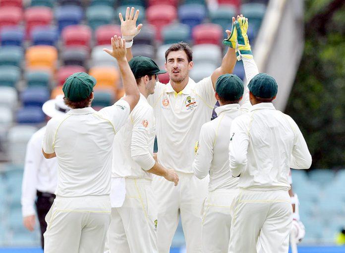 کینبرا: مچل اسٹارک سری لنکا کے خلاف10ویں وکٹ حاصل کرنے کے بعد ساتھی کھلاڑیوں سے داد وصول کررہے ہیں