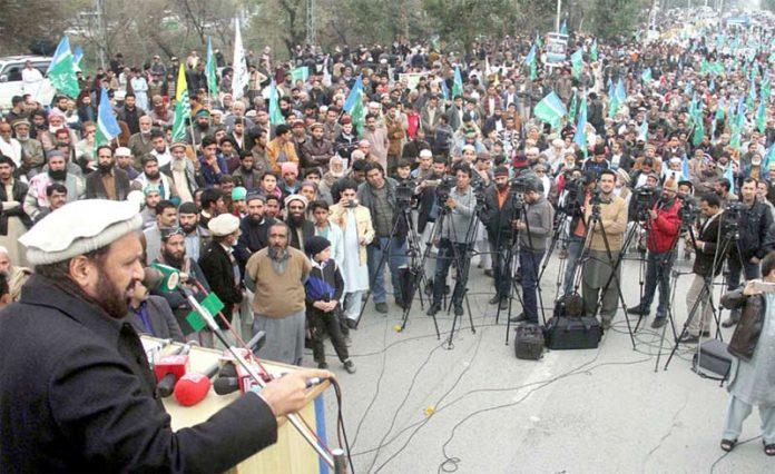 اسلام آباد: نائب امیر جماعت اسلامی پاکستان میاں محمد اسلم یکجہتی کشمیر ریلی کے شرکا سے خطاب کررہے ہیں