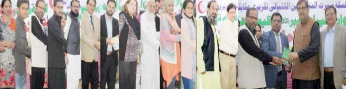 سوشل اسٹوڈنٹس فورم کے تحت منعقدہ تقریب میں سید سرفراز علی،قیصر وحید،نفیس احمد خان و دیگر ایوارڈ تقسیم کر رہے ہیں