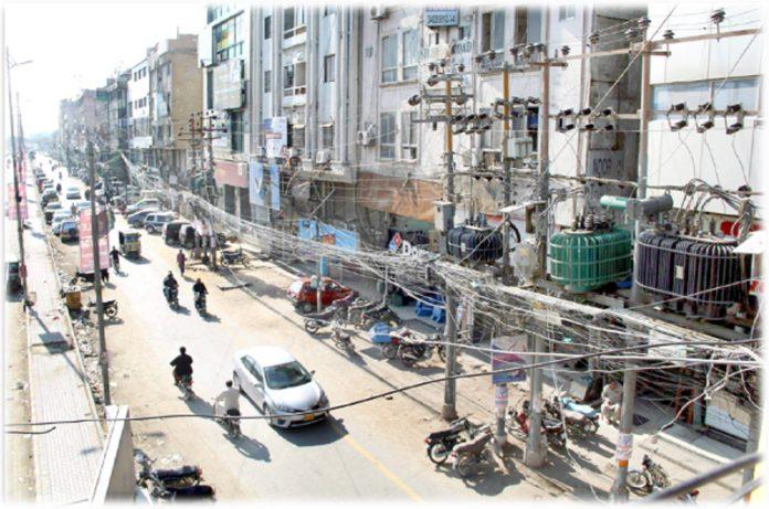 کے الیکٹرک کی غفلت کے باعث یونیورسٹی روڈ پر بجلی کے الجھے ہوئے تار کسی حادثے کا سبب بن سکتے ہیں