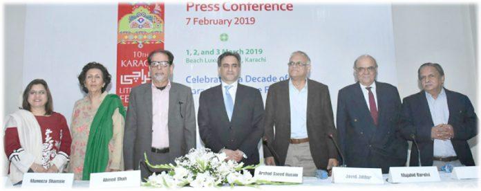 آرٹس کونسل میں ''کراچی لٹریچر فیسٹیول''کی پریس کانفرنس میں محمد احمد شاہ و دیگر کا گروپ فوٹو