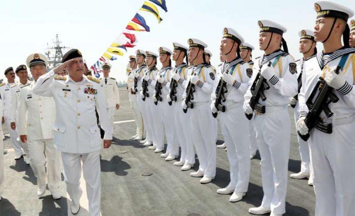 کراچی، نیول چیف ایڈمرل ظفر محمود عباسی کثیرالملکی امن مشق 2019 میں شریک چینی سینئر، کمانڈنگ افسران کا استقبال کررہے ہیں