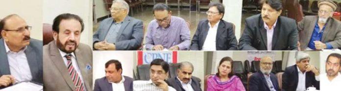 کراچی:پریس کونسل پاکستان کے چیئرمین صلاح الدین مینگل سی پی این ای کے وفد سے گفتگو کررہے ہیں