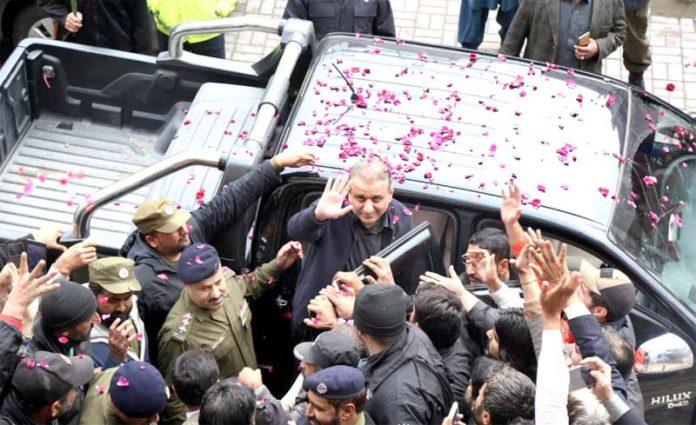 لاہور :پی ٹی آئی رہنما علیم خان احتساب عدالت میں پیشی کے بعد کارکنان کے نعروں کا جواب دے رہے ہیں