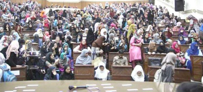 اسلامی جمعیت طلبہ کراچی کی جانب سے منعقدہ ''حیا ڈے'' کانفرنس میں طلبہ کی کثیر تعداد شریک ہے