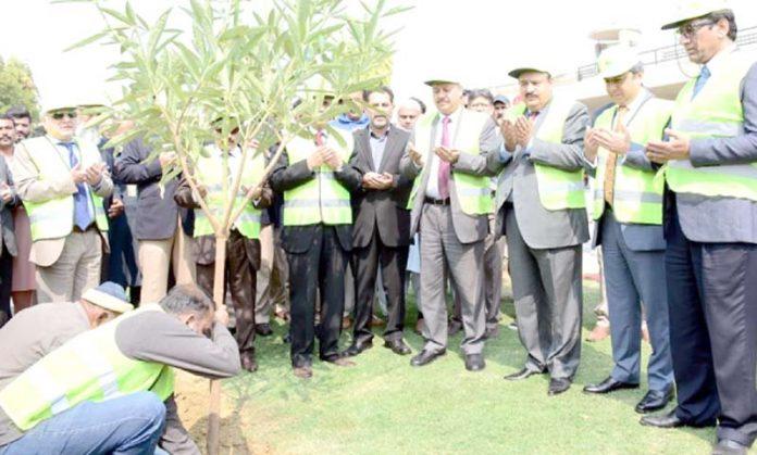 سیکرٹری ایوی ایشن ڈویژن اور ڈائریکٹر جنرل سول ایوی ایشن اتھارٹیشاہ رخ نصرت جناح انٹرنیشنل ائرپورٹ پر پودا لگا کر دعا کررہے ہیں