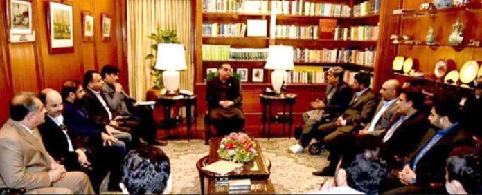 گورنر سندھ عمران اسماعیل سے آباد کا وفد ملاقات کر رہا ہے