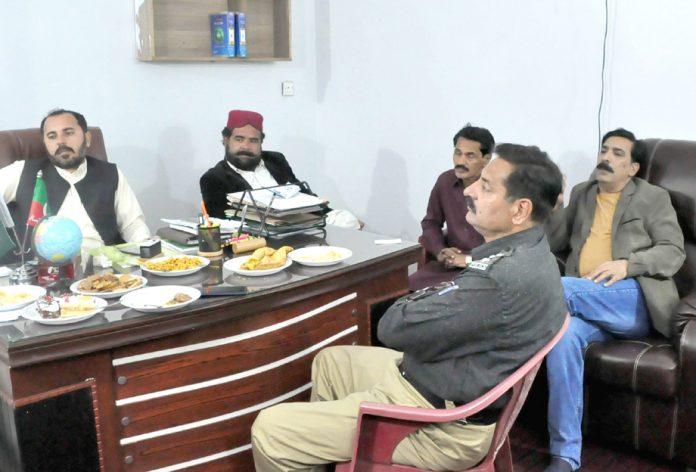 رکن صوبائی اسمبلی رابستان خان کی زیر صدارت اجلاس میں ایس ایچ او سرجانی ادریس بنگش و دیگر شریک ہیں