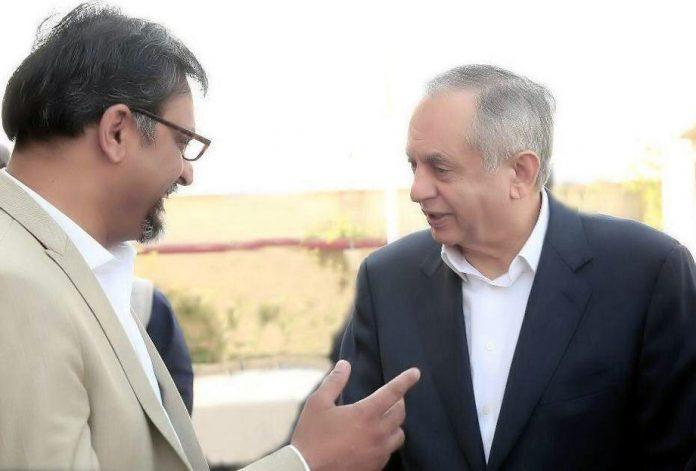 سابق چیئرمین پاپام مشہودعلی خان وزیراعظم کے مشیر تجارت عبدالرزاق داؤد سے ملاقات کررہے ہیں