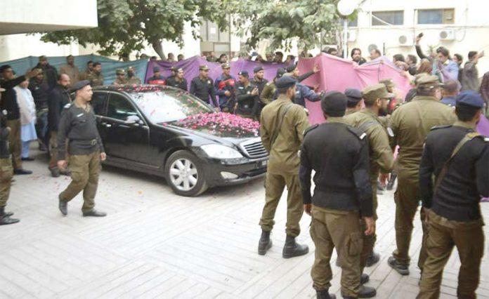 لاہور: مریم نواز اپنے والد نوازشریف کی عیادت کے بعد سروسز اسپتال سے واپس جارہی ہیں