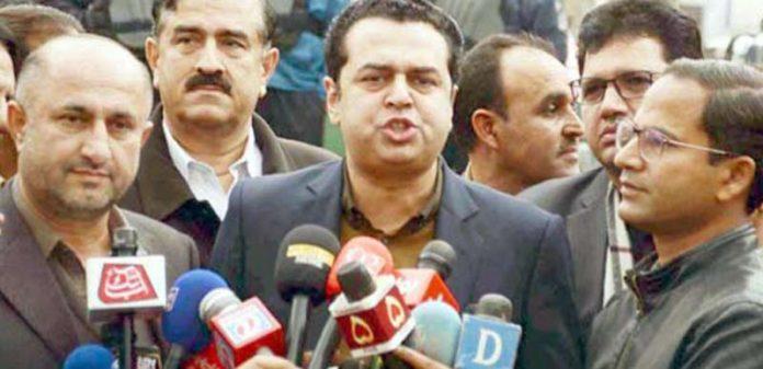 اسلام آباد: مسلم لیگ ن کے رہنما طلال چودھری میڈیا سے گفتگو کررہے ہیں