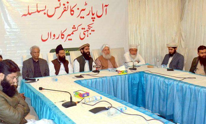کراچی پریس کلب میں تحریک آزادی جموں وکشمیر کی اے پی سی سے مفتی عبداللطیف خطاب کررہے ہیں' محمد حسین محنتی' عبدالکریم عابد' نہال ہاشمی ' قاضی احمد نورانی و دیگر موجود ہیں