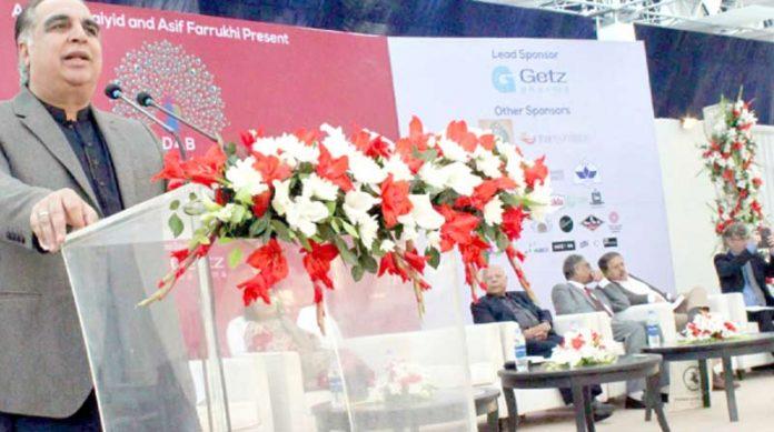 گورنر سندھ عمران اسماعیل گورنر ہاؤس میں ادبی فیسٹیول کے شرکا سے خطاب کر رہے ہیں