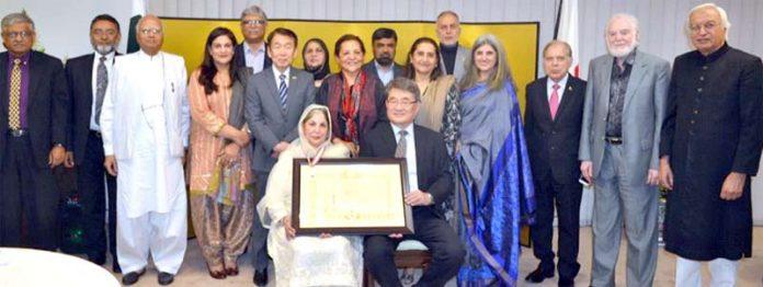 ہمدرد پاکستان کی چیئرپرسن سعدیہ راشد کا جاپان کے قونصل جنرل مسٹر توشی کازو آئی سو مورا سے ایوارڈ وصول کرتے ہوئے گروپ فوٹو