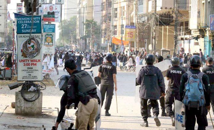 کراچی:آسیہ مسیح کی رہائی کے خلاف احتجاج کرنے والے تحریک لبیک کے کارکنان اور پولیس کے درمیان جھڑپوں کا ایک منظر
