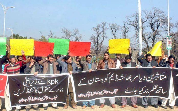 اسلام آباد: متاثرین دیامر بھاشا ڈیم نیشنل پریس کلب کے باہر احتجاج کررہے ہیں
