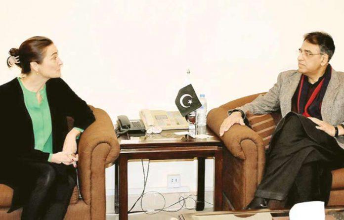 اسلام آباد، وزیر خزانہ اسد عمر سے نیدرلینڈ کے نائب سفیر جوزفین فرانٹزین ملاقات کررہی ہیں