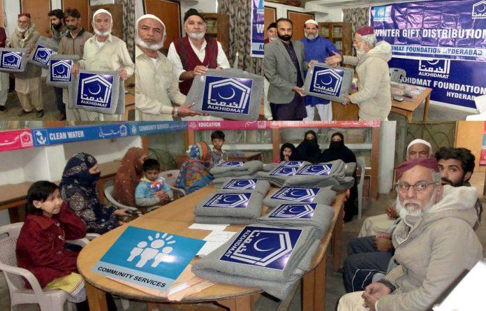 حیدر آباد: الخدمت فاؤنڈیشن کی جانب سے ونٹر گفٹ ڈسٹری بیوشن پروگرام کے موقع پر ضلعی صدر ڈاکٹر سیف الرحمن، نائب صدر محمد سلیم خان، راؤ مسعود علی خان مستحقین میں گرم کمبل تقسیم کررہے ہیں