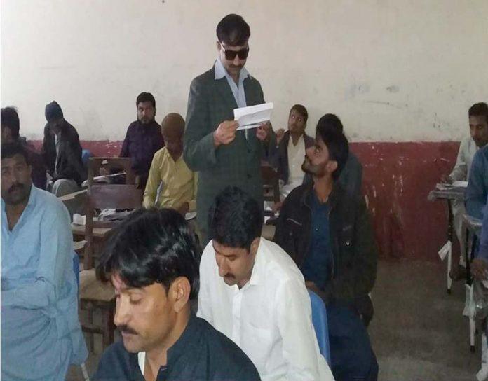 سجاول: ایڈیشنل ڈپٹی کمشنر ون سردار ریاض حسین لغاری جامعہ سندھ کے تحت امتحانی مرکز کا دورہ کررہے ہیں
