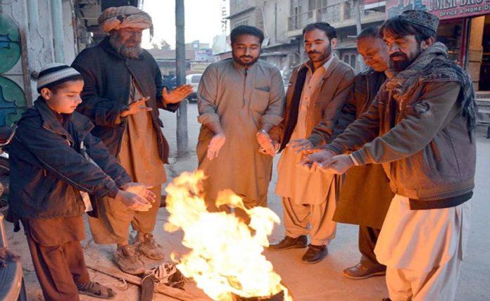 کوئٹہ ،سخت سردی کے باعث شہری آ گ پر ہاتھ سیک رہے ہیں