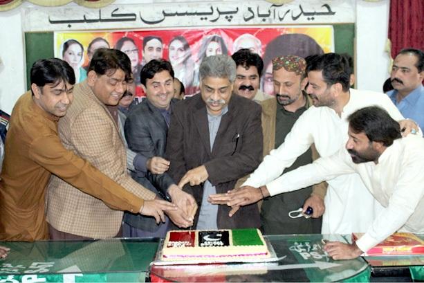 حیدر آباد: پی پی رہنما اعجاز دھامرہ اور دیگر آصفہ زرداری کی سالگرہ کا کیک کاٹ رہے ہیں