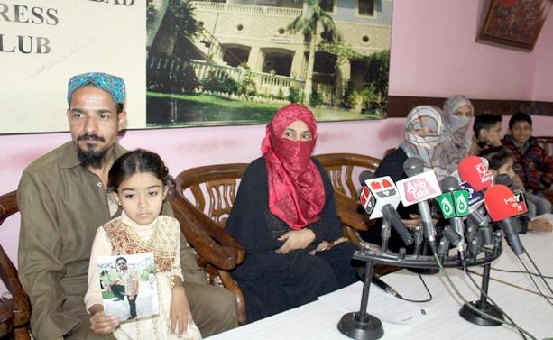 حیدر آباد: مظفر علی جعفری کی اہلیہ شوہر کی بازیابی کے لیے پریس کانفرنس کررہی ہیں