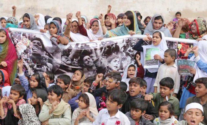 سکھر،خواتین کی سماجی تنظیم اسٹیپ فاؤنڈیشن کے تحت کشمیریوں کے ساتھ اظہار یکجہتی کے لیے مظاہرہ کیا جارہا ہے