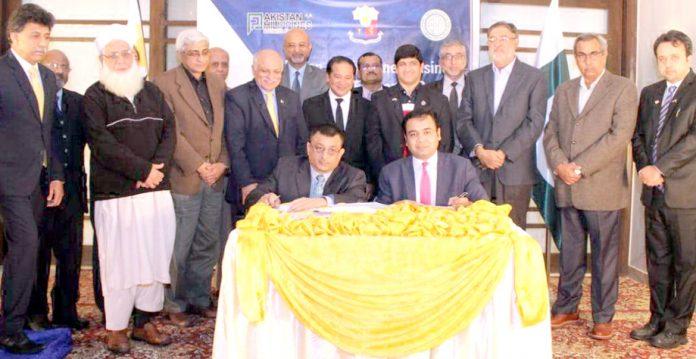 چیئرمین ایمپلائرزفیڈریشن اسماعیل ستار اورصدر پاکستان فلپینیز بزنس فورم محمود ارشد معاہدے پر دستخط کررہے ہیں