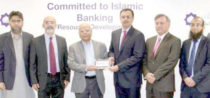 چیئرمین فیصل بینک یوسف حسین، آئی بی اے سی ای آئی ایف کے چیئرمین ڈاکٹر عشرت حسین اور دیگر کا گروپ فوٹو