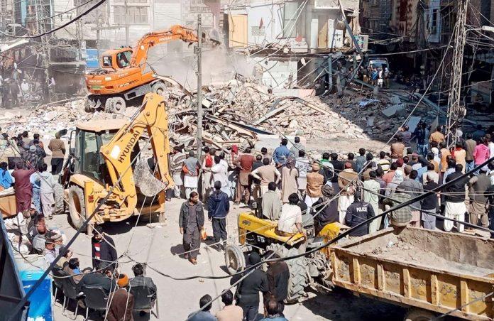 سکھر: محکمہ انسداد تجاوزات کا عملہ غیر قانونی تعمیرات بھاری مشینری کے ذریعے مسمار کررہا ہے