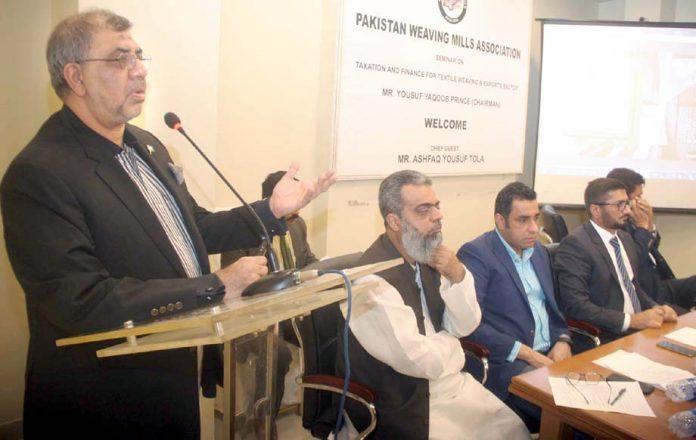 پاکستان ویونگ ملز ایسوسی ایشن کے زیراہتمام پوسٹ منی بجٹ سیمینار سے سابق مشیر وزیراعظم اشفاق تولہ خطاب کررہے ہیں