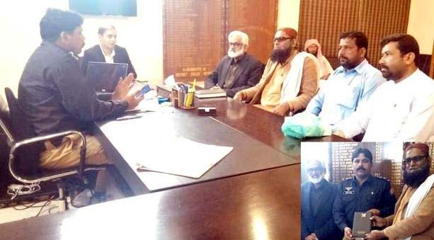 امیرجماعت اسلامی سکھر مولانا حزب اللہ جکھرو وفد کے ہمراہ ایس ایس پی سکھر عرفان علی سموں سے ملاقات اور تحفہ دے رہے ہیں
