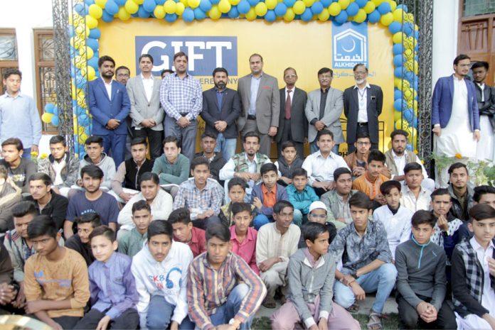 الخدمت کراچی کے تحت باہمت یتیم بچوں میں تحائف تقسیم،مہمانوں کا بچوں کے ساتھ گروپ فوٹو